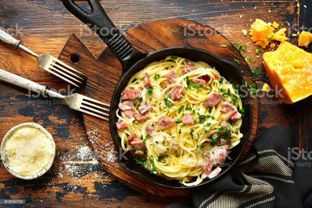Traditionelles italienisches Gericht Spaghetti Carbonara mit Speck in Rahmsauce – Foto