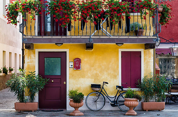 traditional italian house and road at the sea, Caorle, Veneto foto