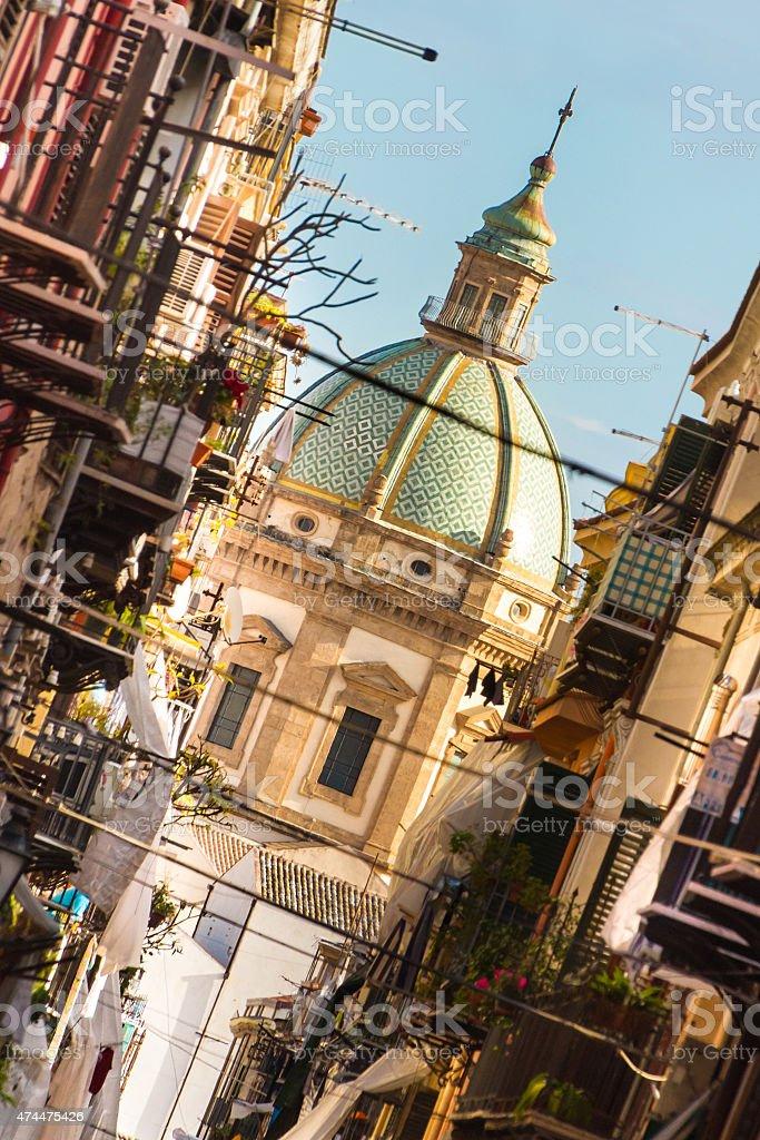 Traditionelle italienische mittelalterlichen narrov street in Plermo. Lizenzfreies stock-foto