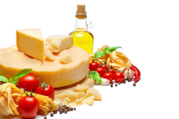 traditionellen italienischen parmesan oder parmesan-käse, nudeln, tomaten und olivenöl - pasta deli stock-fotos und bilder