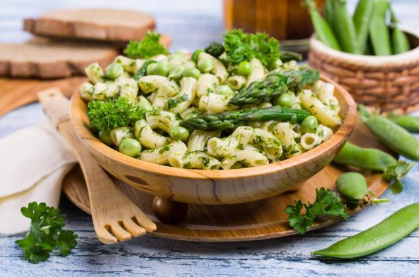 traditionelle italienische pasta - spargel vegan stock-fotos und bilder