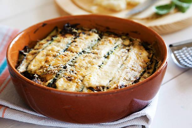 die traditionellen italienischen rezepte von parmigiana di gebackener zucchini - käse zucchini backen stock-fotos und bilder