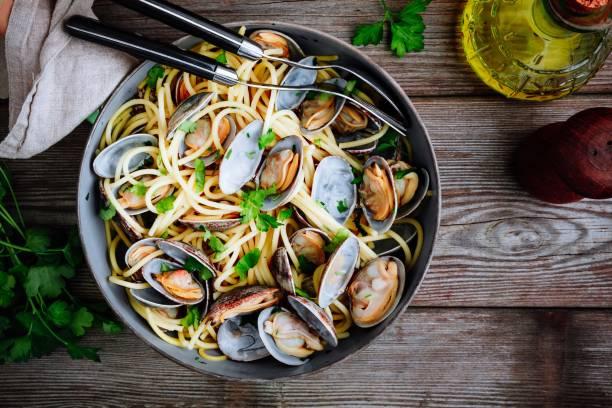 traditionella italienska skaldjur pasta med musslor spaghetti alle vongole i pannan - pasta vongole bildbanksfoton och bilder