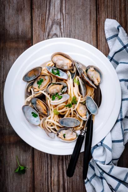 traditionella italienska skaldjur pasta med musslor spaghetti alle vongole - pasta vongole bildbanksfoton och bilder
