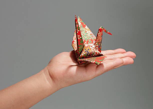 traditionelle japanische crane - origami mobil stock-fotos und bilder