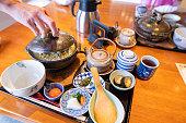 日本料理の伝統的な料理を「良亭」日本料理店で提供