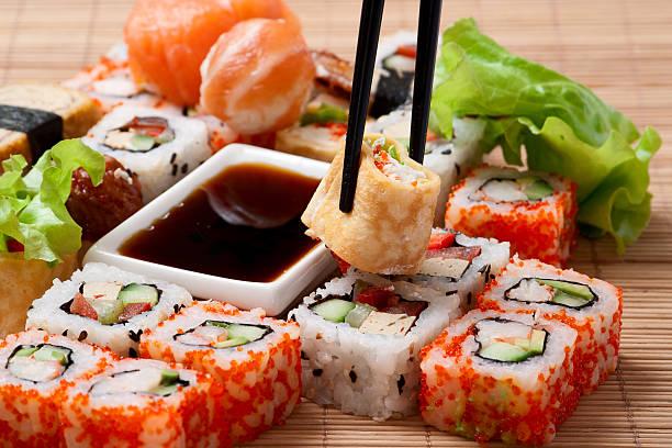 traditionelle japanische küche und sushi - sushi essen stock-fotos und bilder