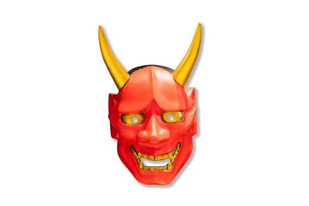 traditionelle japanische rote teufel maske kabuki maske auf weißem hintergrund. mock up für kunst. - teufel schminken stock-fotos und bilder