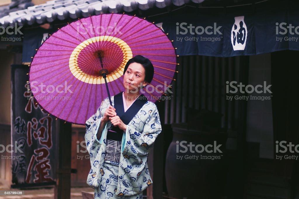 傘をさす江戸時代の日本人女性