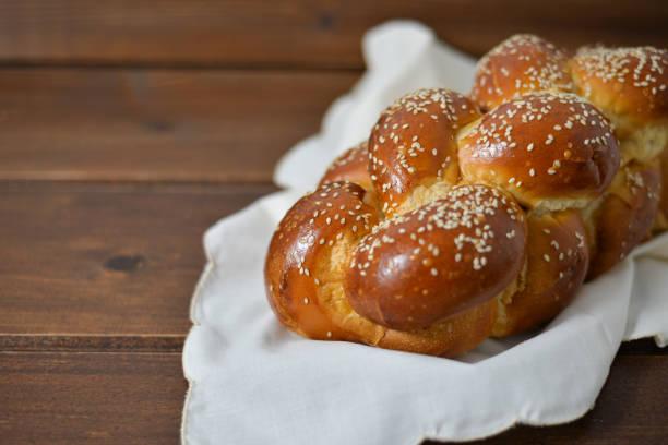 traditionelle jüdische süße challah - hausgemachte gebackene donuts stock-fotos und bilder