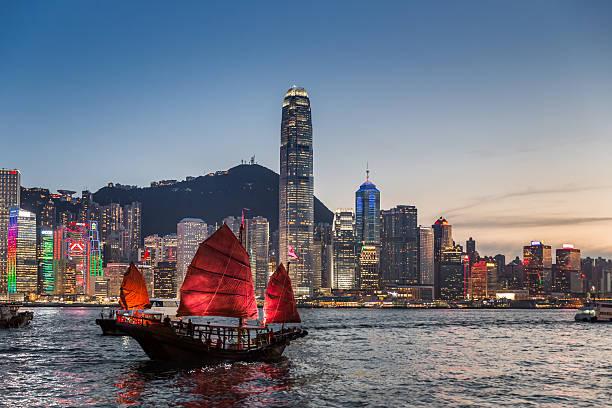 posta tradizionale barca al crepuscolo - hong kong foto e immagini stock