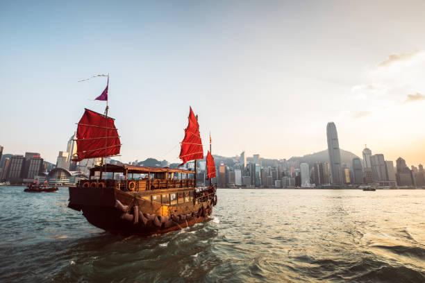 embarcación tradicional de la basura en el puerto de victoria - hong kong fotografías e imágenes de stock