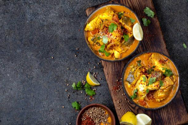 comida indiana. caril tradicional dos peixes de kerala com pão de naan, placa cinzenta, fundo preto - caril - fotografias e filmes do acervo