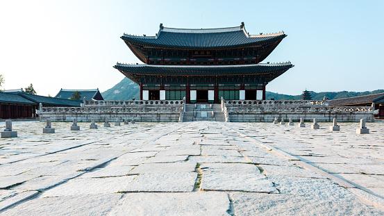 ✓ Fotos do Arquitetura tradicional coreana, parede de pedra com porta de madeira no Palácio Gyeongbokgung, Seul, Coreia do Sul. Royalty Free