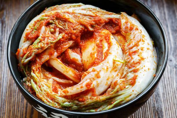 traditionelle koreanische snack kimchee. - peperoni stiche stock-fotos und bilder