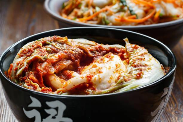 traditionelle koreanische snack kimchee - peperoni stiche stock-fotos und bilder