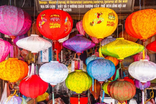 Traditionelle Laternen hängen in einem Geschäft. – Foto