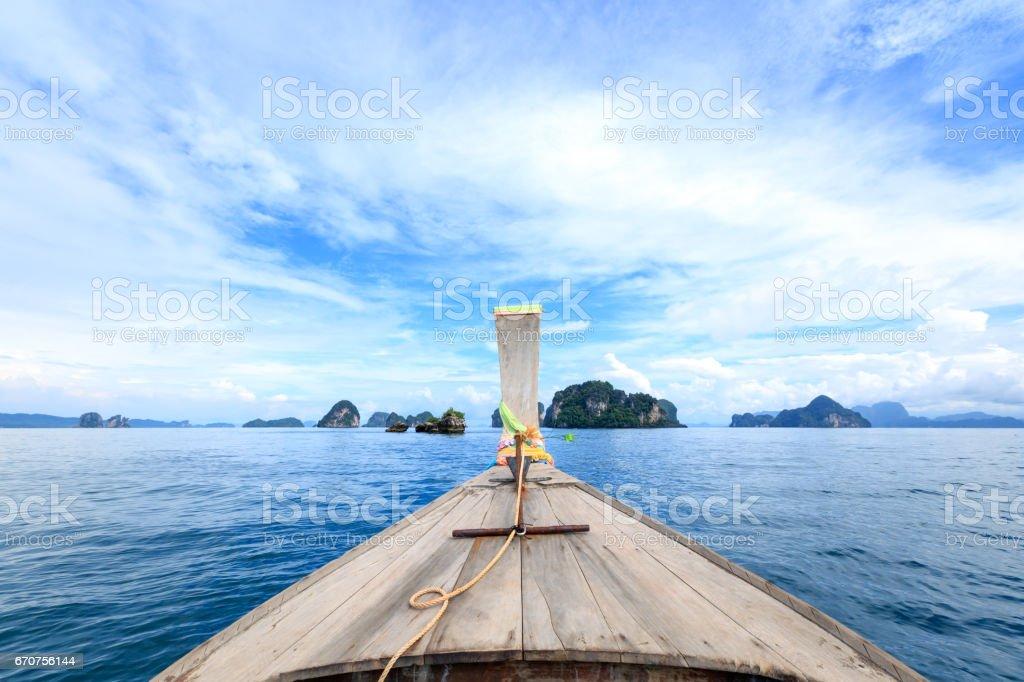 Barco de cauda longa tradicional no caminho para a famosa praia em Krabi, sul da Tailândia. - foto de acervo