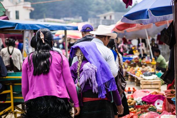traditionelle maya-frau am markt in chamula mexiko - indianer kostüm herren stock-fotos und bilder