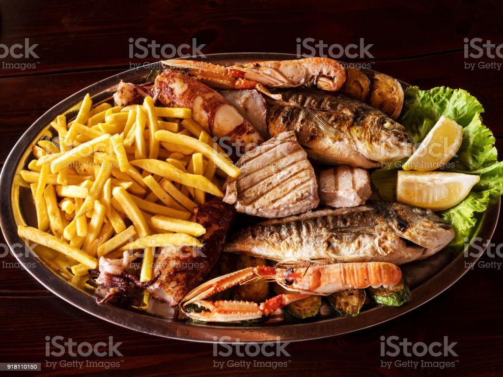 Traditionelle mediterrane gegrilltes Fischgericht auf dem hölzernen Hintergrund – Foto