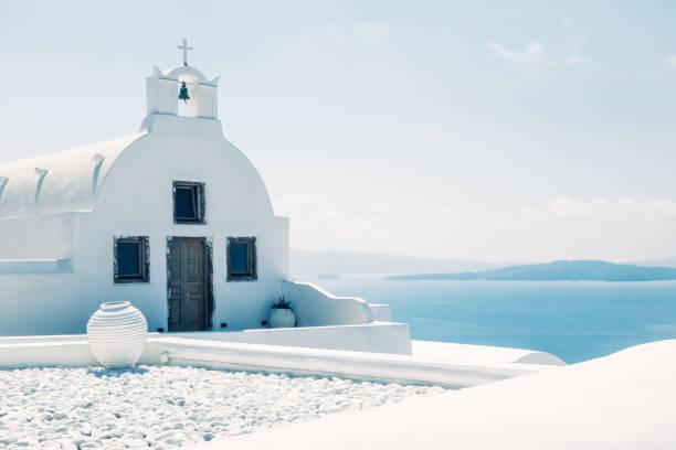 traditionella medelhavs vit kyrka i minimalistisk design och ljusa färger, oia, santorini, grekland - santorini bildbanksfoton och bilder