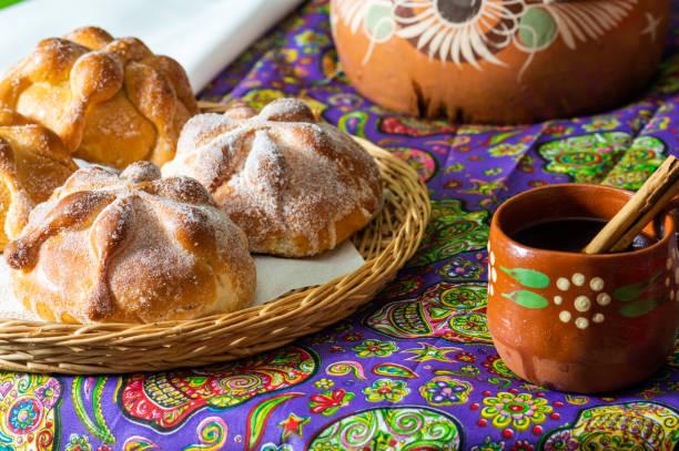 traditionellt mexikanskt bröd av de döda (pan de muerto) med coffe - coffe with death bildbanksfoton och bilder