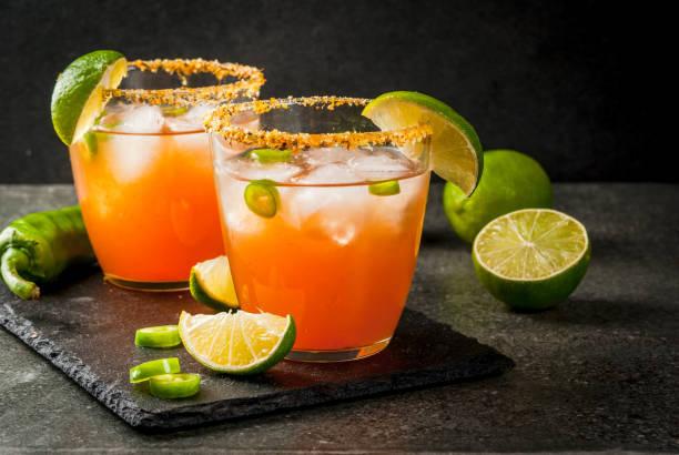 traditionelle mexikanische cocktail würzigen michelada - bier gesund stock-fotos und bilder