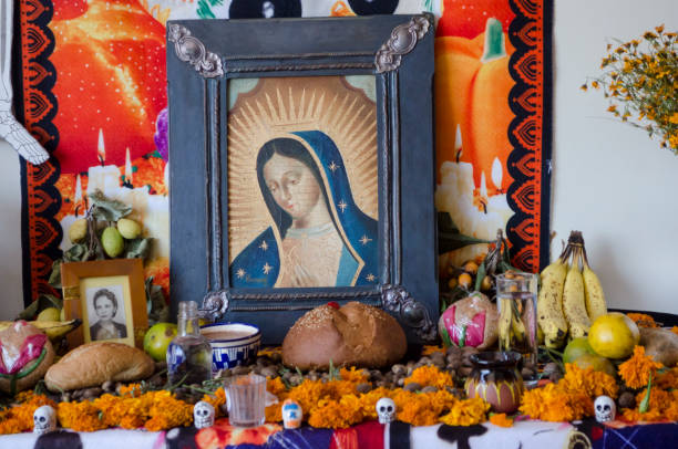 traditionellen mexikanischen tag der toten mit altar - altar stock-fotos und bilder