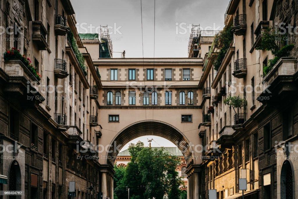 밀라노의 포 르 타 베네치아 지구, 롬바르디아, 이탈리아의 Tommaso Salvini 통해에 인상적인 아치로 전통적인 밀라노 건물 - 로열티 프리 0명 스톡 사진