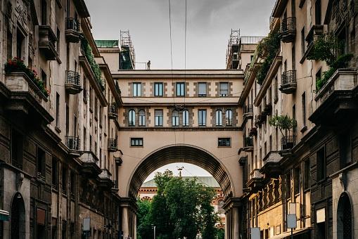 밀라노의 포 르 타 베네치아 지구 롬바르디아 이탈리아의 Tommaso Salvini 통해에 인상적인 아치로 전통적인 밀라노 건물 0명에 대한 스톡 사진 및 기타 이미지