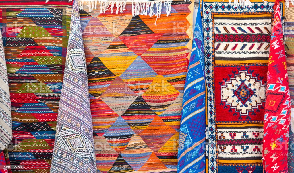 Traditional Moroccan Souvenirs and Carpets at a Market in Medina District – zdjęcie