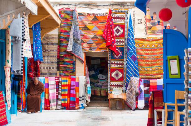 traditionella marockanska gatumarknad eller souk i den gamla delen av essaouira medina - rabat marocko bildbanksfoton och bilder