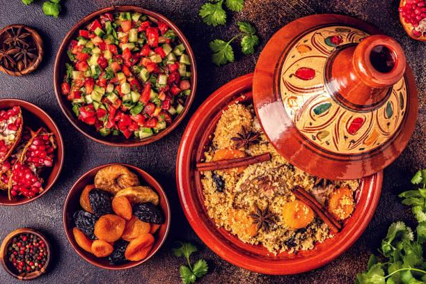 traditionell marockansk tajine av kyckling med torkad frukt och kryddor - marocko bildbanksfoton och bilder