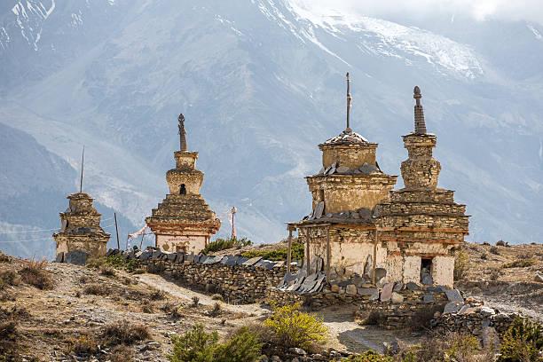 traditional old buddhist stupas on annapurna circuit trek - nepal tibet stock-fotos und bilder
