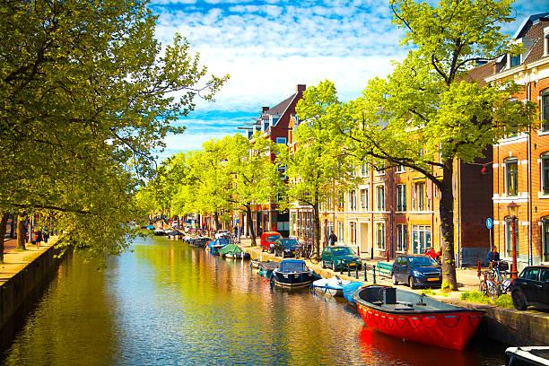 Viejos edificios tradicionales en Amsterdam - foto de stock