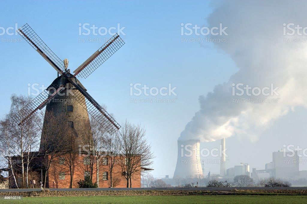 Традиционные Старый ветряная мельница и Угольная электростанция сельской местности (XXL Стоковые фото Стоковая фотография