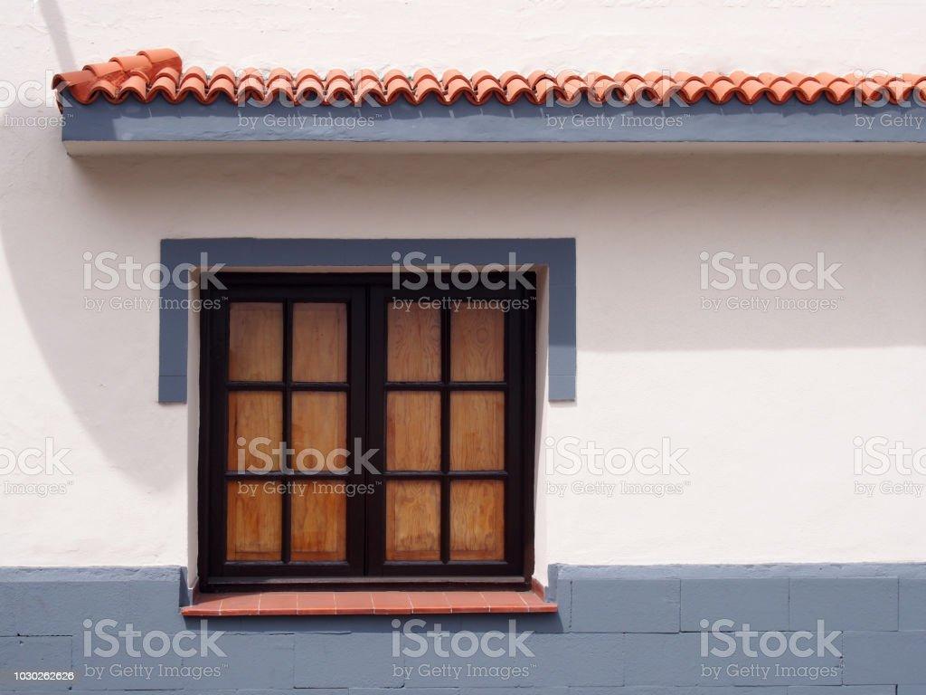 Tradicional Ventana De Madera Antigua Con Vidrios Cerrados