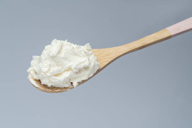 traditionelle bio mascarpone-käse in holzlöffel - ricotta stock-fotos und bilder