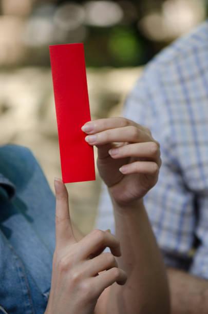 traditionelle origami-künstlerin - origami mobil stock-fotos und bilder