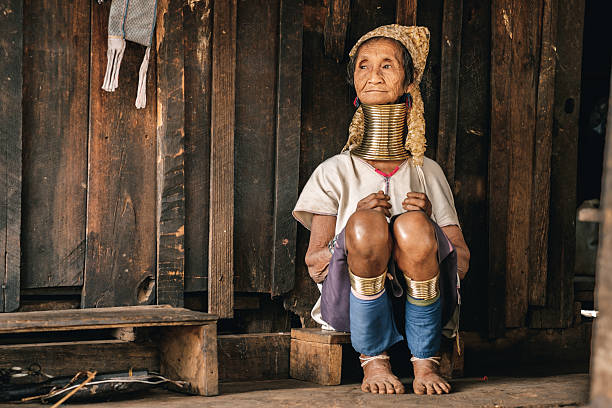 traditional padaung (karen) woman from myanmar - burma home do стоковые фото и изображения