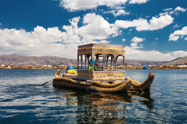 チチカカ湖の伝統的なペルーのボート - プノ ストックフォトと画像