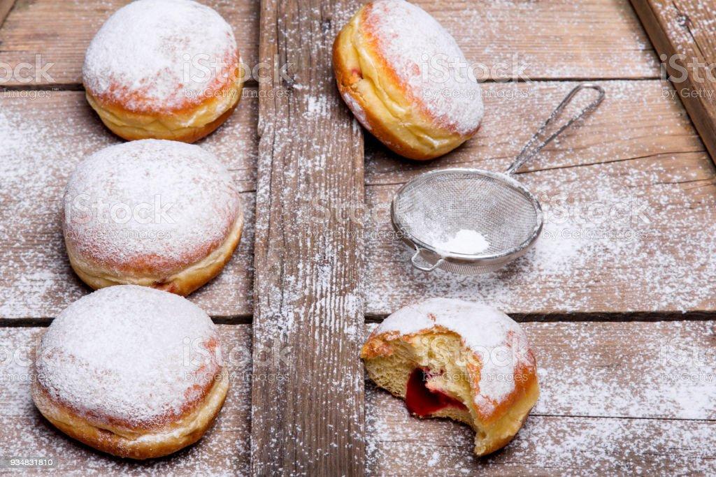 나무 배경에 전통적인 폴란드어 도넛입니다. 맛 있는 도넛과 잼. - 로열티 프리 가루 설탕 스톡 사진