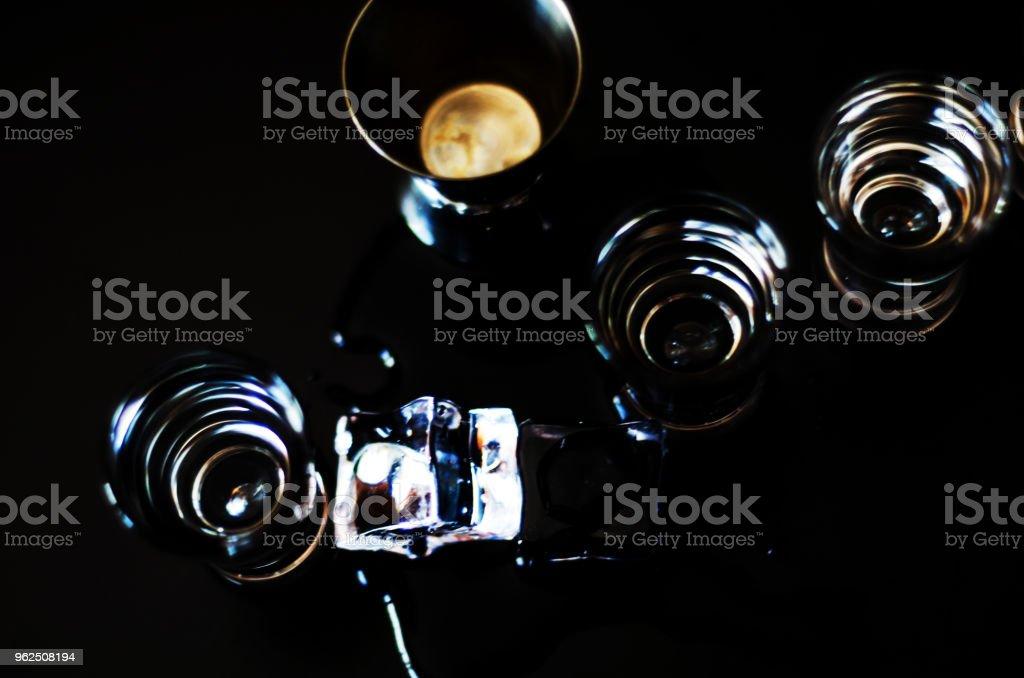Tradicional vodka pura em copos em um fundo preto, bebida gelada - Foto de stock de Aperitivo royalty-free