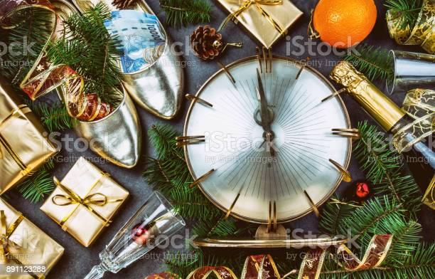 Traditional put money to shoe for have money en new year flat lay picture id891123288?b=1&k=6&m=891123288&s=612x612&h=laercfmzdv0xptje0cxw4zdzfegkirdxgzlixxvkgyi=