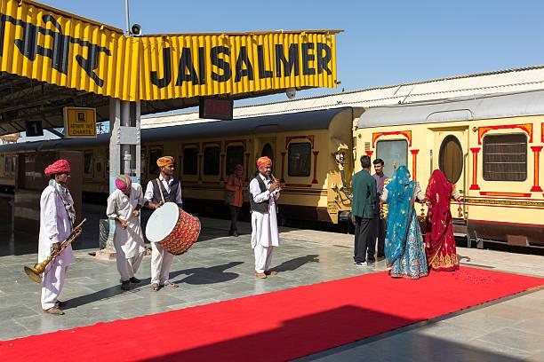 traditional rajasthani musicians posing for photo - festzugskleidung stock-fotos und bilder