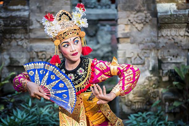 danse ramayana traditionnelle dans un temple de bali - indonésie photos et images de collection