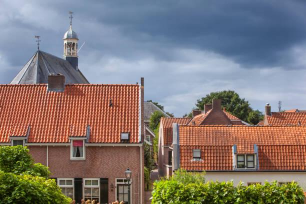 Traditionele rode pannendaken in Nieuwpoort in Nederland foto