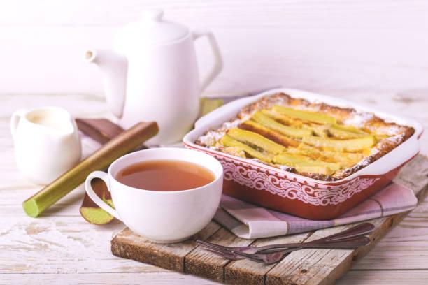 Traditionelle Rhabarber-Kuchen mit Tee zum Frühstück. – Foto