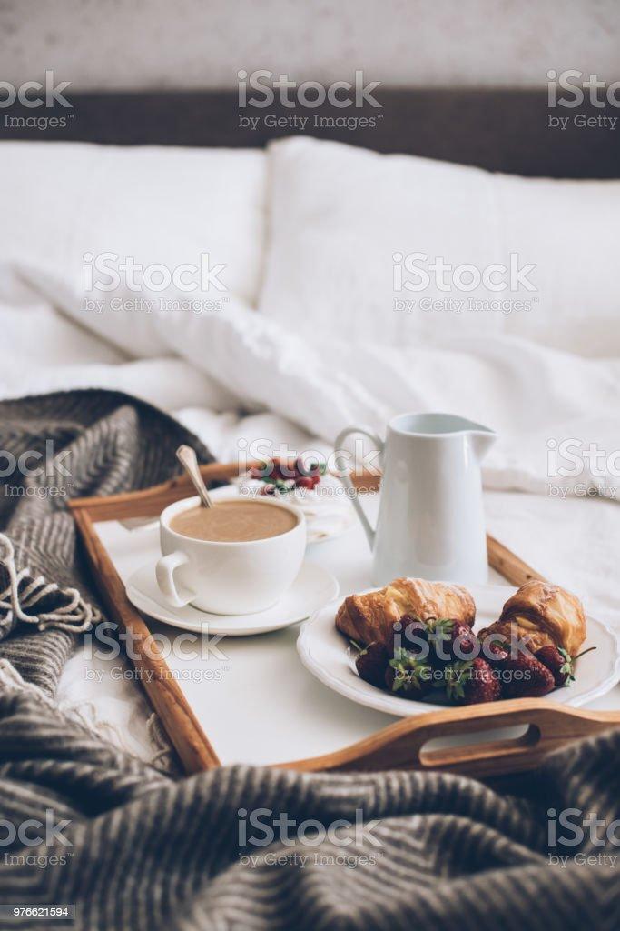 Traditionelle Romantisches Frühstück Im Bett In Weiß Und ...