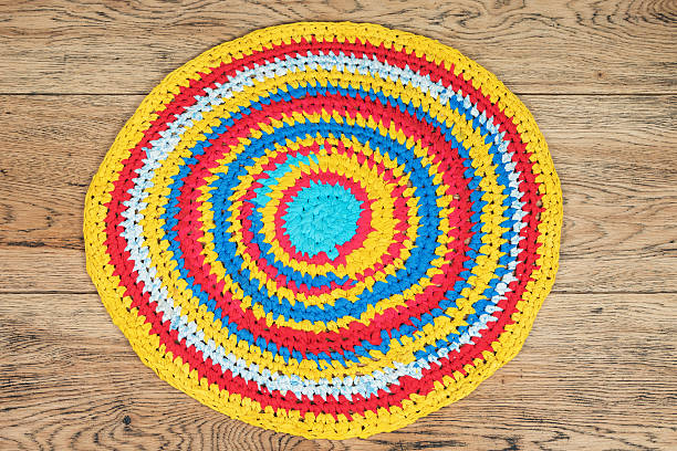 traditionell runde teppich handarbeit - hausgemachte teppichreiniger stock-fotos und bilder